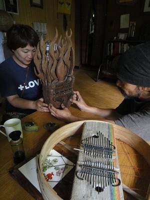 山下光雄さんの流木カリンバ
