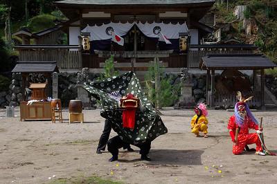 春日神社(土屋原)の獅子舞奉納